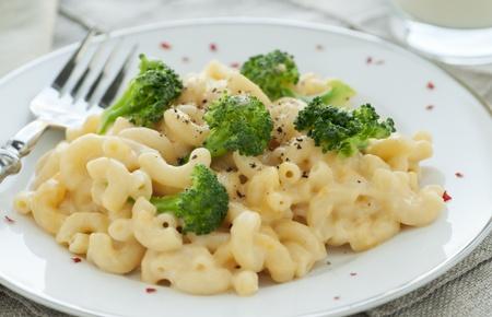 브로콜리와 고추 신선한 수제 마카로니와 치즈의 하얀 접시