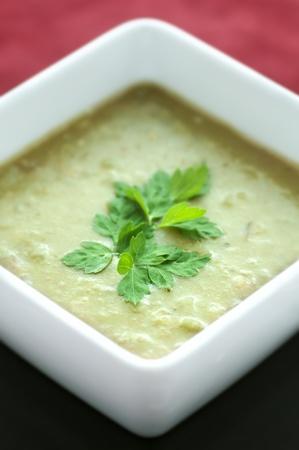 미나리 녹색 완두콩 수프의 광장 흰색 그릇