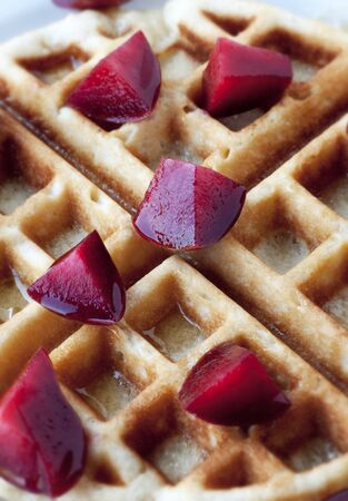 Golden round waffle with honey and fresh pluots 版權商用圖片 - 14895354