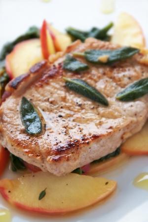 따뜻한 사과와 그린 샐러드와 함께 돼지 고기 들어온다 스톡 콘텐츠