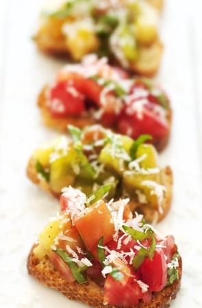 신선한 녹색과 빨간색 가보 토마토 브루 쉐 타