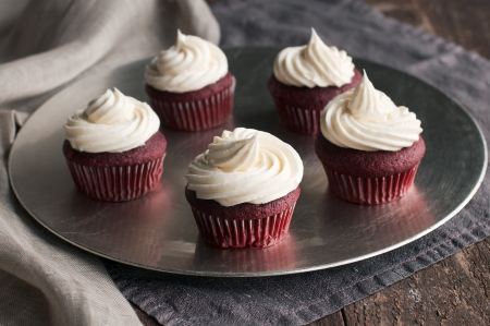 Silver platter of red velvet cupcakes with piped buttercream Stockfoto