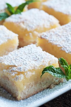가루 설탕과 신선한 구운 메이어 레몬 바