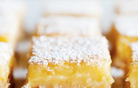 신선한 구운 메이어 레몬 막대 가루 설탕 스톡 콘텐츠