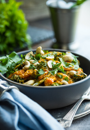 Delicious red curry chicken with broccoli and cashews Stockfoto