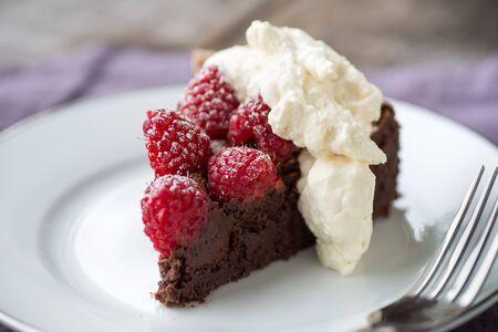나무 딸기와 가루 설탕과 함께 아름다운 무곡 초콜릿 torte