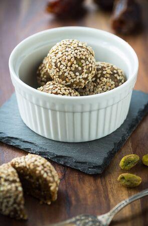 botanas: engergy bocadillos rápidos con dátiles, pistachos y semillas de sésamo