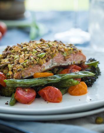 구운 피스타치오 와사비 겉 껍질이 구운 연어와 함께 구운 야채 스톡 콘텐츠