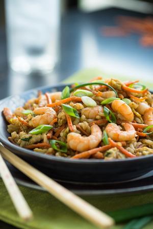 chinesisch essen: Chinesische Garnelen Chop Suey mit Ei und brauner Reis