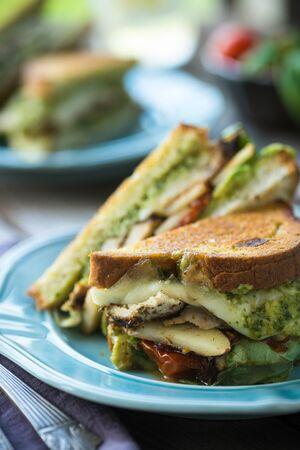 bocadillo: Queso pollo asado increíble y sándwich pesto
