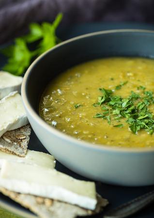 크래커와 브리 치즈와 신선한 분할 완두콩 수프