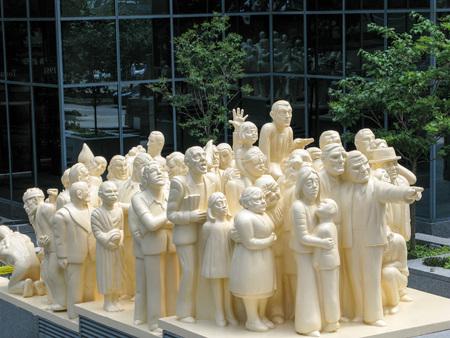 レイモンド ・ メイソン 1985 年モントリオールで照らされた群衆 scupture 報道画像