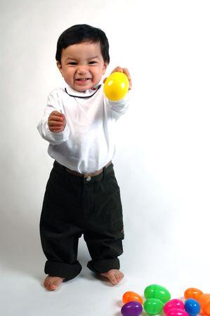 hispanic boy: hispano ni�o jugando con bolas de colores brillantes