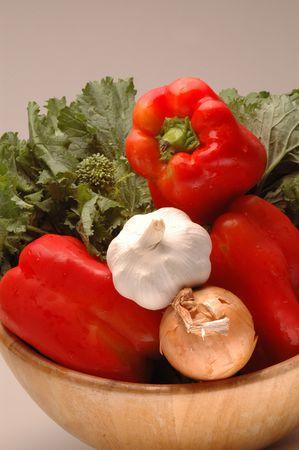 pungent: Rabe broccoli, aglio, cipolle giallo e rosso peperoni in insalatiera