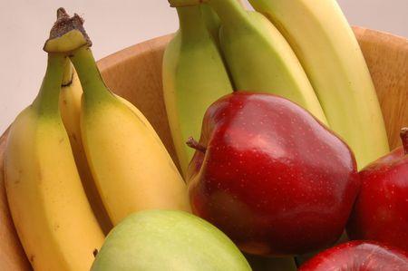 comiendo platano: verde manzana Red Delicious granny smith en el sector de las frutas cuenco con pl�tanos  Foto de archivo