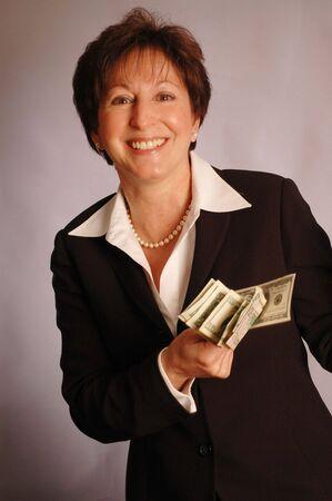 materialistic: sorridente donna con denaro contante modello rilasciato 2174 laura magrone  Archivio Fotografico
