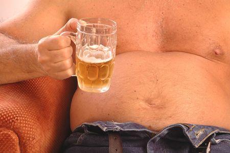 jeans apretados: Bebedor de cerveza vientre  Foto de archivo