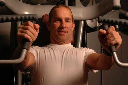 hombre fuerte: hombre fuerte que ejercita en gym Foto de archivo