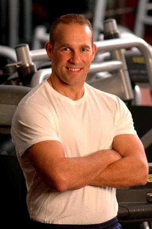 hombre fuerte: hombre fuerte flexionando los m�sculos en el gimnasio  Foto de archivo