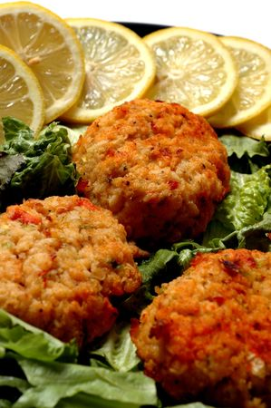 crab cakes lemon garnish