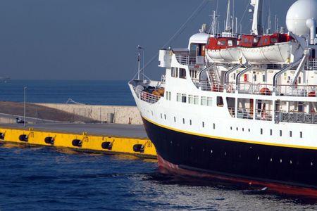 docked: Crucero atracado en el muelle  Foto de archivo