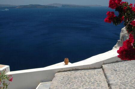 greek pot: vaso di ceramica sul mare Santorini isole greche nave da crociera a distanza
