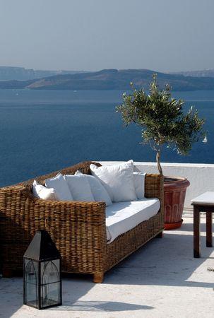 cycladic: vista scenica dellisola greca dal patio con il santorini del sof�