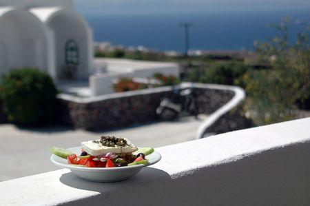cycladic: Insalata greca in forte attenzione Cicladi con architettura a sfondo oltre Mar Egeo  Archivio Fotografico