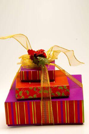 cajas de regalos envueltas con cintas y flores y arco Foto de archivo - 566997