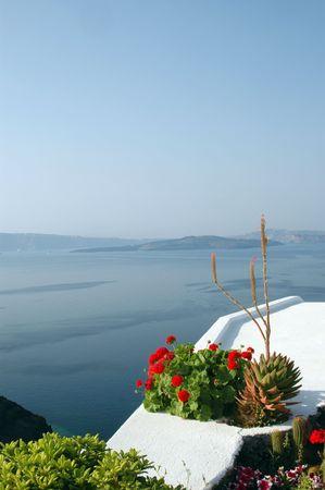 Santorini isole greche pietra patio con fiori e vista sul mare Egeo  Archivio Fotografico - 632472