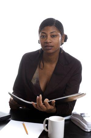 cornrows: servicio de cliente hermoso de la mujer negra en el tel�fono con la expresi�n sorprendida