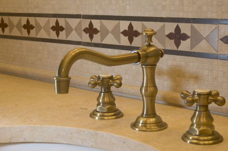 bathroom faucet: detalle las costumbres de trabajo de azulejos y baldosas cuarto de ba�o grifo de pared caliente fr�a las manijas  Foto de archivo