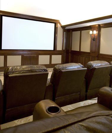 home theater in een herenhuis met aangepaste houtwerk pluchen zetels