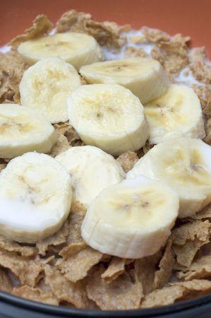 바나나와 밀크 라이스 플레이크 슬라이스가있는 아침 시리얼