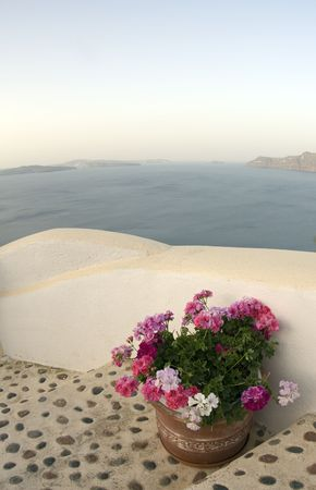 incredible: santorini incre�ble vista sobre la escalera con flores sobre el mar Foto de archivo