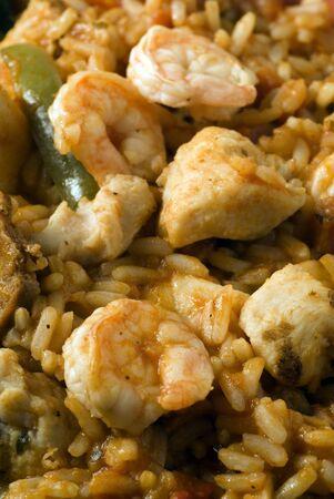 Jambalaya andouille camarón salchicha de pollo de jamón de grano largo de arroz salvaje con tomates pimientos apio ajo y cebolla criolla salsa de tomate Foto de archivo - 2024835