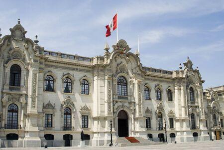 bandera peru: palacio presidencial en Lima, Per� Plaza de Armas palacio gobierno