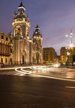 プラザ デ アルマス市長のリマのカテドラルの動きの縞とペルーの夜のシーン