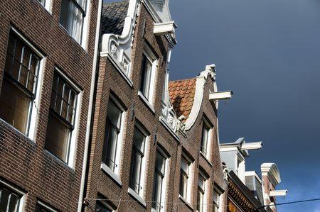 hijsen: De historische canal huizen in Amsterdam zijn ingebouwd neigt naar voren met hijs liften op hun bovenste verdieping.  Dit is om eenvoudig op te heffen van meubelen en objecten in de tijden vaak zeer enge huizen met zeer steile stappen.  Deze architectuur functie wordt gezien.
