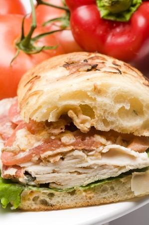 sandwich au poulet: gourmet bison bacon sandwich au poulet au fromage bleu ami oignons piments jalapeno carmelized �chalote sur pain focaccia panini