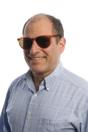 vecchiaia: felice l'uomo mezza et� alti ritratto sorridente occhiali da sole