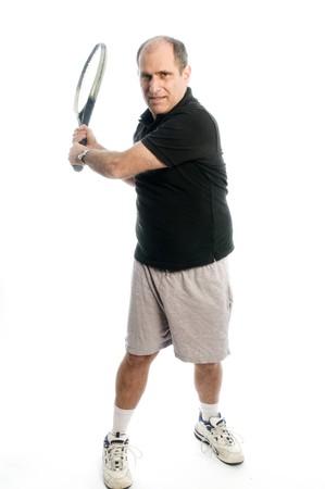 backhand: feliz hombre de edad media superior demostrando tenis rev�s atl�tico mantenerse saludable con ejercicio