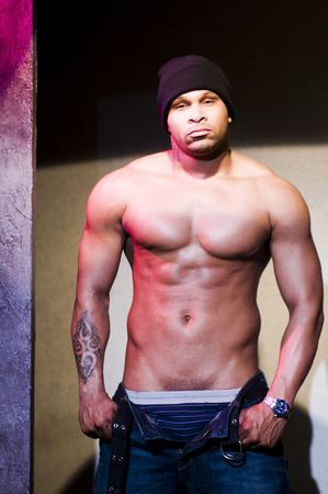 genitali: bel maschio nero African American rapper e attore artista rap sul palco del teatro senza vestiti che coprono genitali