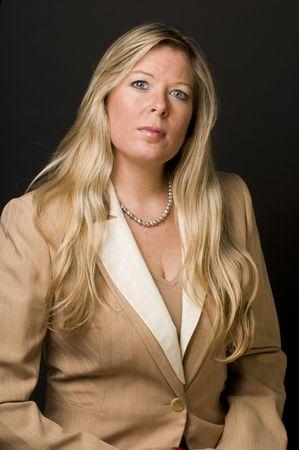 L'età media piuttosto bella donna bionda sguardo curioso espressione senior business executive manager società Archivio Fotografico - 4624958