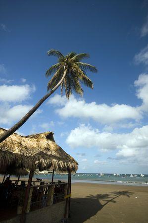 america centrale: mare, ristorante San Juan del Sur Nicaragua con tetto di paglia edifici Oceano Pacifico popolare in via di sviluppo turistico America centrale Archivio Fotografico