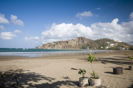 america centrale: sulla spiaggia della baia di San Juan del Sur Nicaragua America centrale con la statua di Cristo sulla montagna
