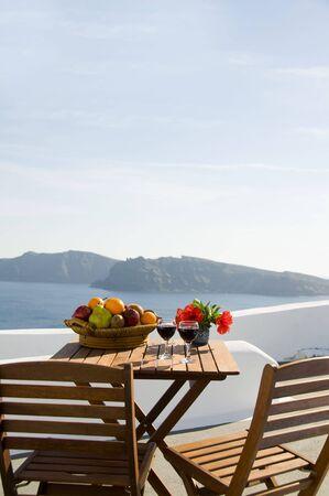Gezien vulkanische eilanden van Santorini uit patio van grot traditioneel huis op caldera kant van Oia Santorini oa de beroemde Griekse eiland