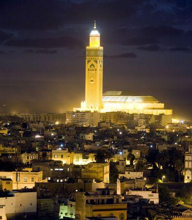 モロッコの最大のモスクと、世界で 3 番目に大きいモスクであるカサブランカ モロッコのアフリカの大西洋が見渡せるライトと夕暮れ日没でハッサ