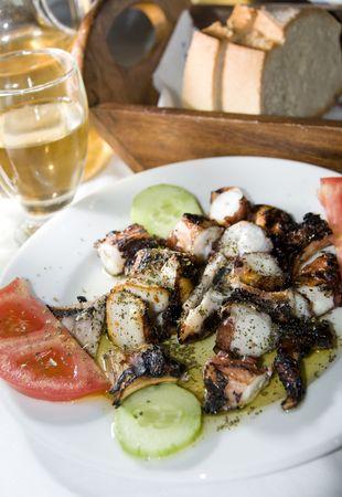 specialit�: taverna greca dell'isola ristorante di specialit� alla griglia polpo fresco marinato con pane fatto in casa e vino croccante in Grecia