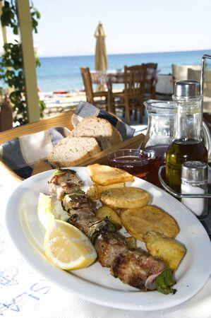 specialit�: isola ristorante greco Taverna specialit� shish kebob souvlaki di maiale con il vino fatto in casa e pane croccante in Grecia